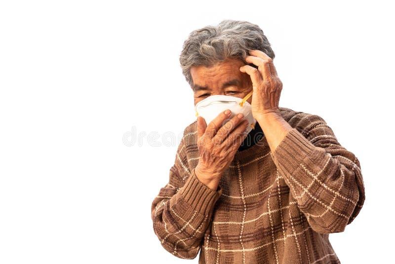 La abuela utiliza una máscara para prevenir el polvo aislado en el fondo blanco fotos de archivo libres de regalías