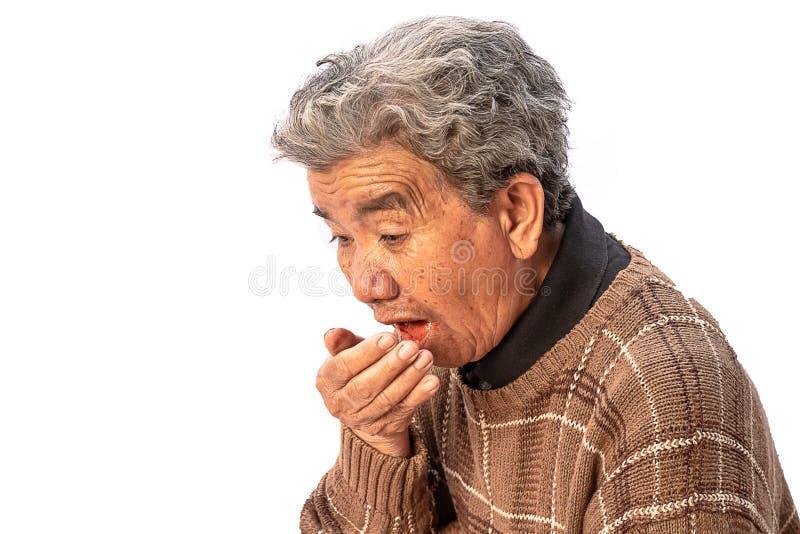 La abuela utiliza una máscara para prevenir el polvo aislado en el fondo blanco fotos de archivo