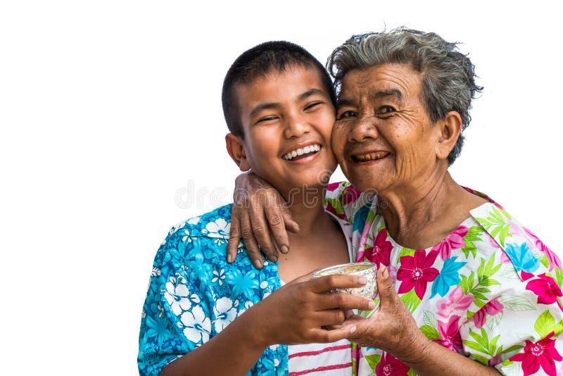 La abuela y los nietos juegan en el festival de Songkran imagenes de archivo