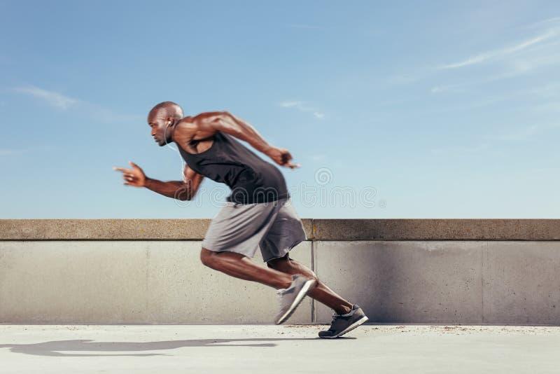 La acción tiró de un hombre joven deportivo que corría al aire libre imagen de archivo libre de regalías