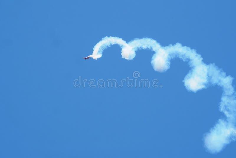 La acrobacia debajo del cielo azul de Alguaire imagen de archivo