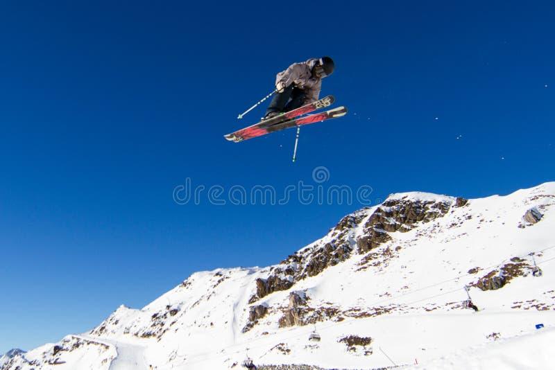 La acrobacia del esquí imagen de archivo