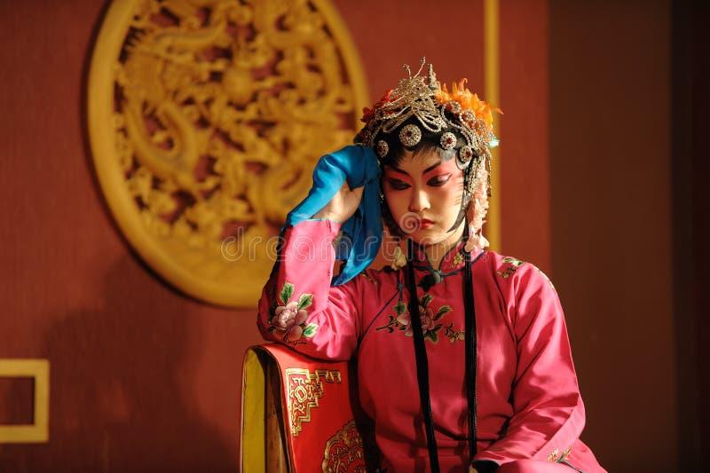 La actriz de la ópera de China se sienta en una silla foto de archivo