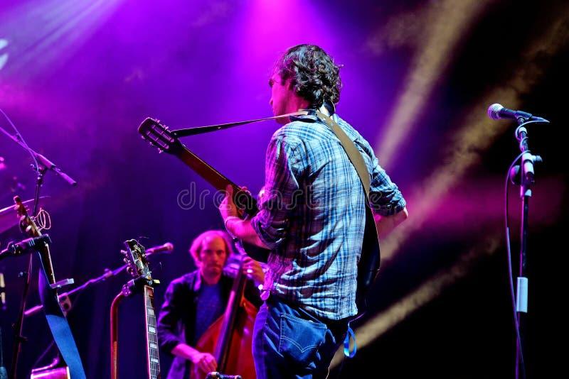 La actuación en directo de la banda de Barr Brothers en el festival de Bime imagen de archivo