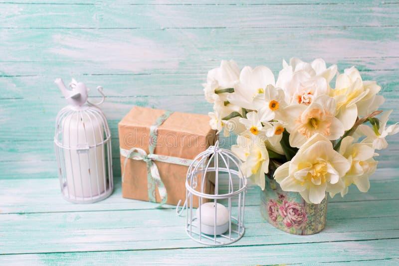 La actuales caja, flores y velas festivas en la turquesa pintaron w foto de archivo
