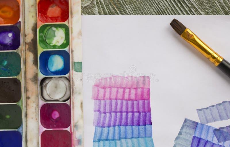 La acuarela usada pinta la paleta en caja, papel y cepillo de acrílico Lección satinada para los principiantes, artistas, estudia fotos de archivo