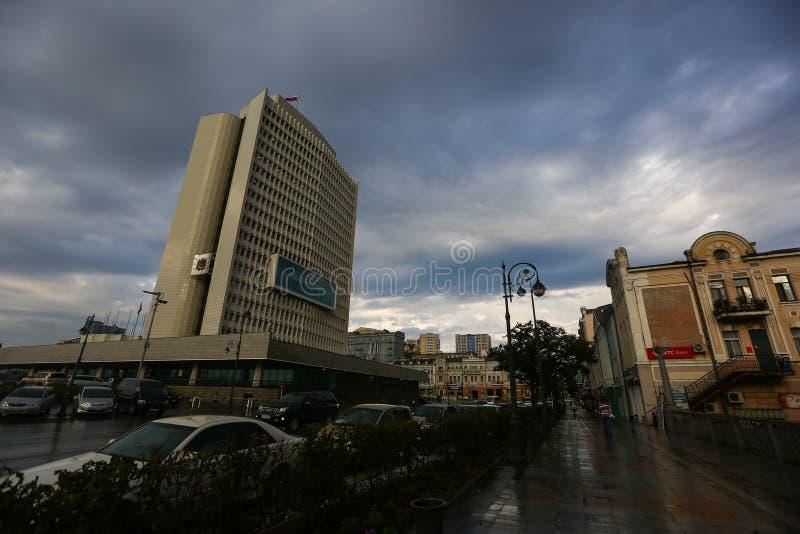 La administraci?n de la salud del territorio de Primorsky despu?s de la lluvia contra el contexto de un cielo hermoso imagen de archivo