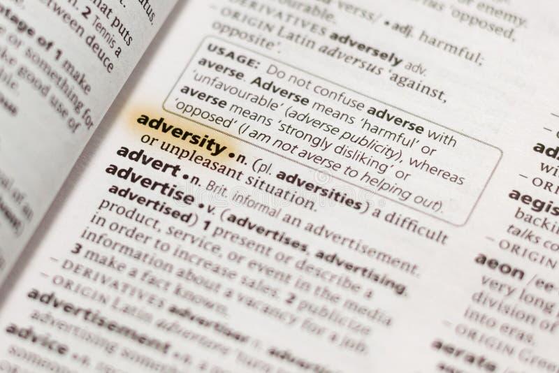 La adversidad de la palabra o de la frase en un diccionario foto de archivo