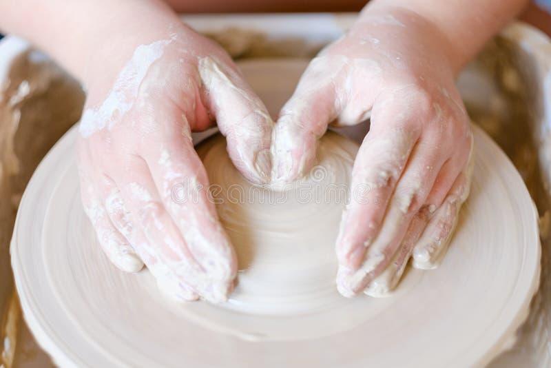 La afición de la artesanía de la cerámica da la rueda de la arcilla de la forma foto de archivo
