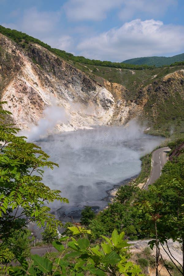 La agua caliente de la charca de Oyunuma en el paisaje volcánico del valle Jigokudani del infierno imágenes de archivo libres de regalías