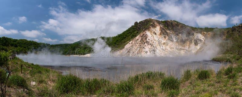 La agua caliente de la charca de Oyunuma en el paisaje volcánico del valle Jigokudani del infierno fotos de archivo libres de regalías
