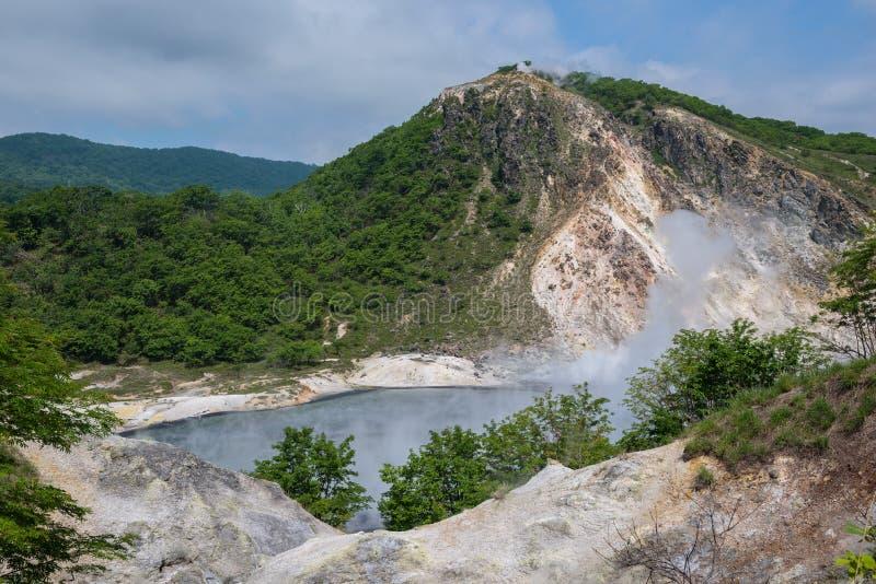 La agua caliente de la charca de Oyunuma en el paisaje volcánico del valle Jigokudani del infierno imagen de archivo libre de regalías