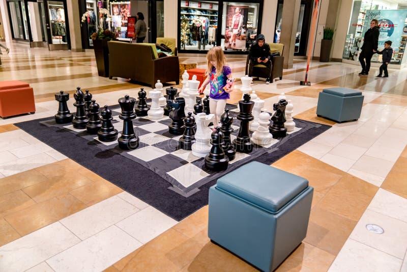 La alameda del cuadrado de Bellevue invita a niños que jueguen mientras que hacen compras los padres fotografía de archivo libre de regalías