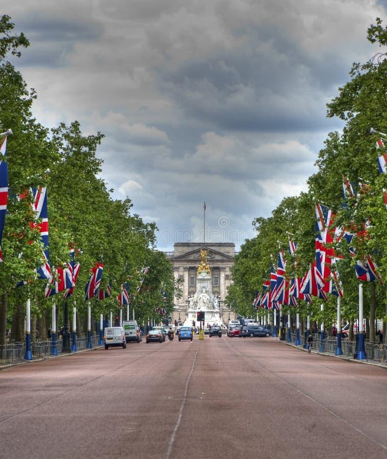 La alameda que lleva al Buckingham Palace imagen de archivo