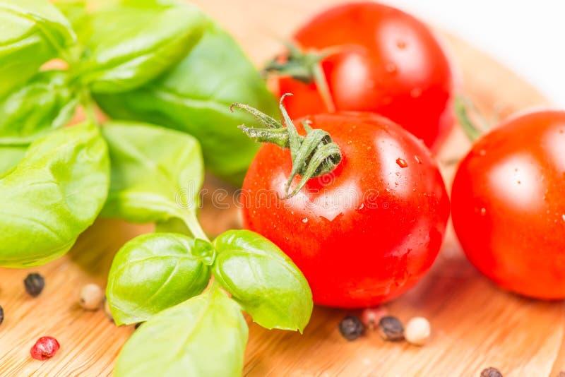 La albahaca hojea maíz de pimienta del tomate de cereza imagenes de archivo