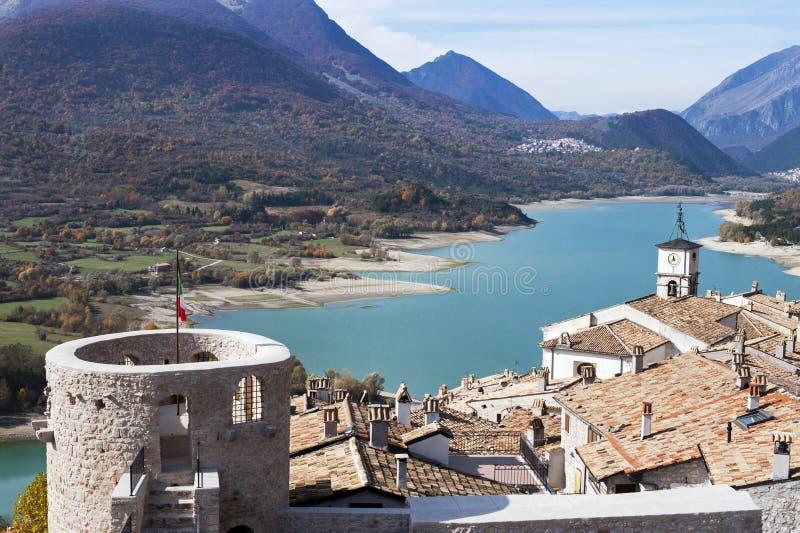 La aldea de Barrea con el lago del homónimo fotos de archivo libres de regalías