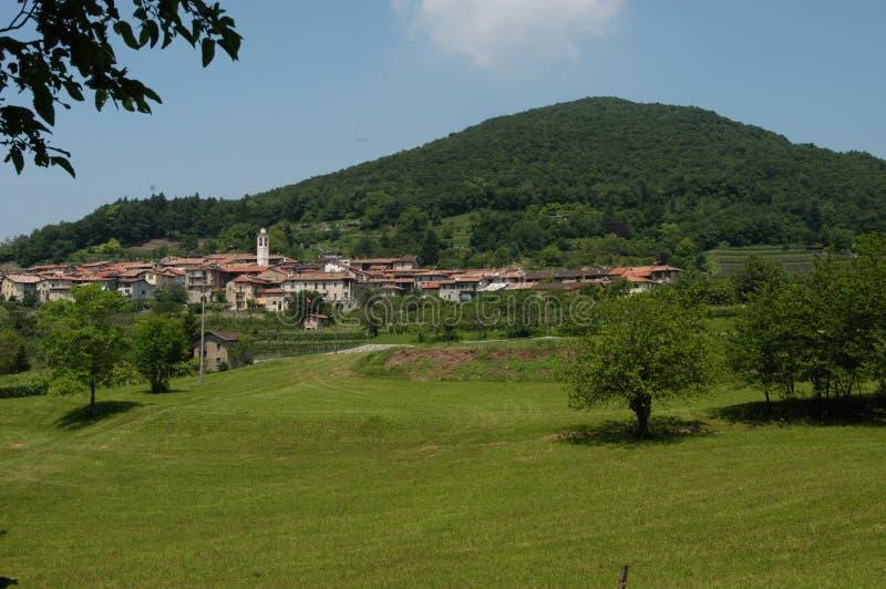 La aldea de la montaña de Meride y de San Jorge foto de archivo