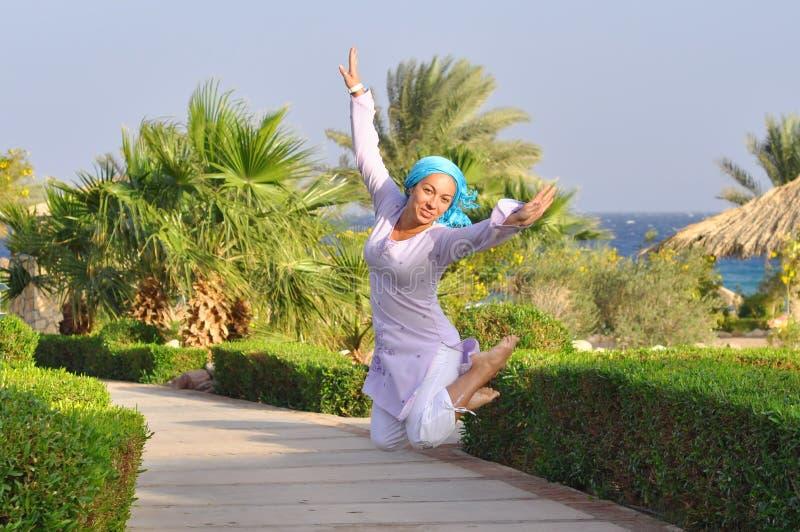 La alegría y la libertad de vacaciones, el salto de altura fotos de archivo libres de regalías