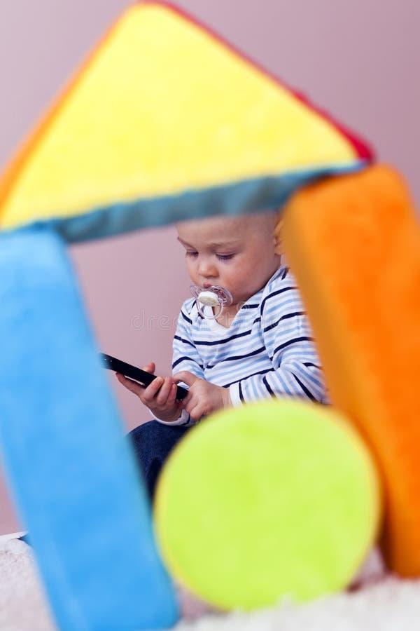 La alfombra, el muchacho juega con abandono. imágenes de archivo libres de regalías