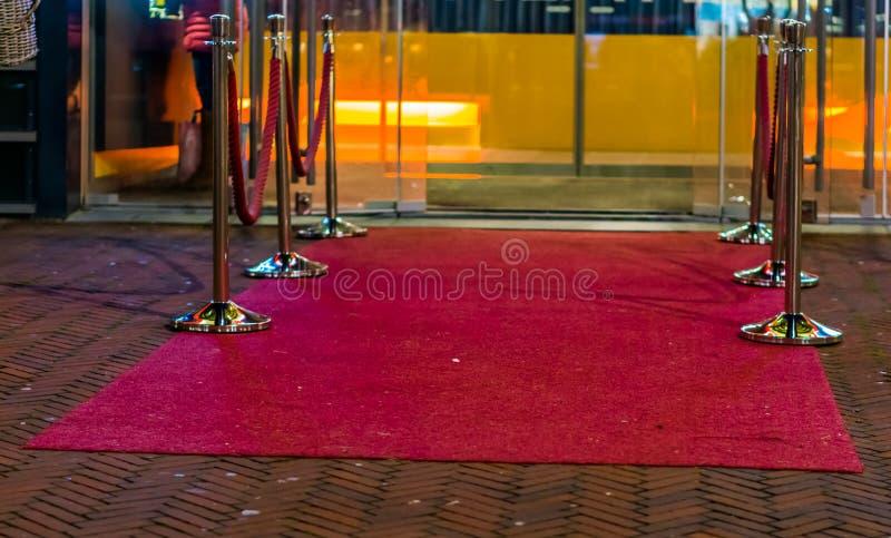 La alfombra roja famosa con la barricada de la cuerda, entrada en estilo atractivo imagen de archivo
