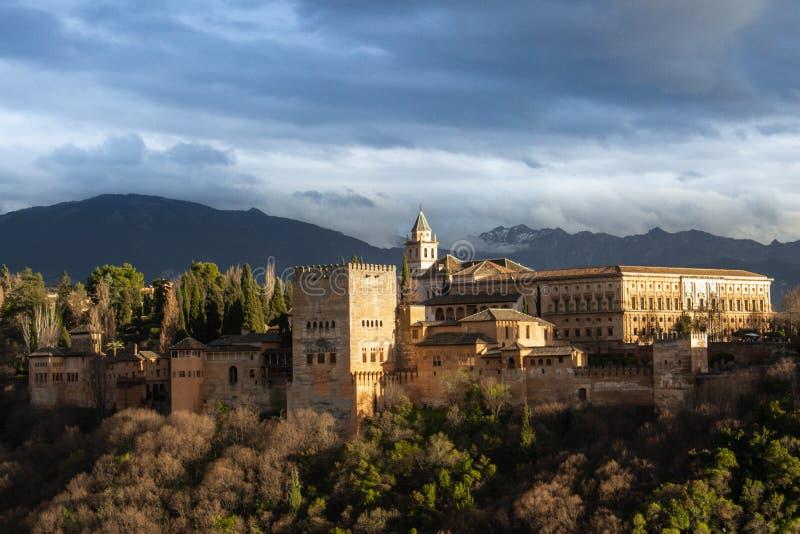 La Alhambra tände vid solnedgången i Granada arkivfoto