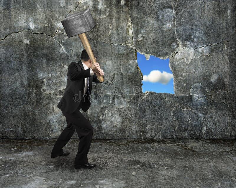 La almádena del control del hombre de negocios que agrietaba el agujero grande descubrió el natur imagen de archivo