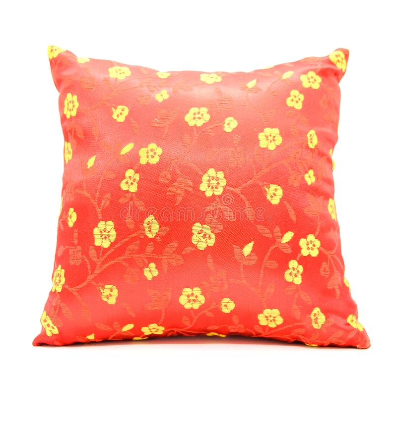 La almohada tiene un estilo chino rojo bordado, con acortar p imagen de archivo