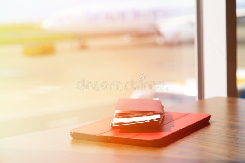 La almohadilla táctil y los pasaportes con bording pasa en imagenes de archivo
