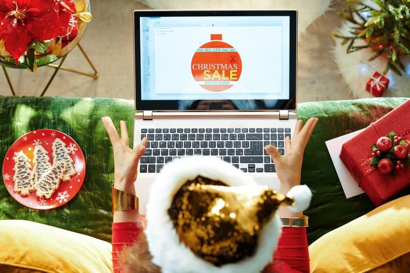 La ama de casa recibió correo electrónico de comercio electrónico con cupón de venta de Navidad fotos de archivo