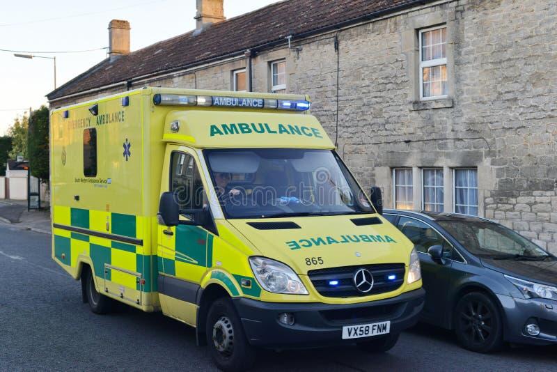 La ambulancia responde a una emergencia imagenes de archivo