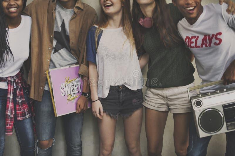 La amistad de la lugar frecuentada de las adolescencias disfruta de concepto de la unidad fotografía de archivo libre de regalías
