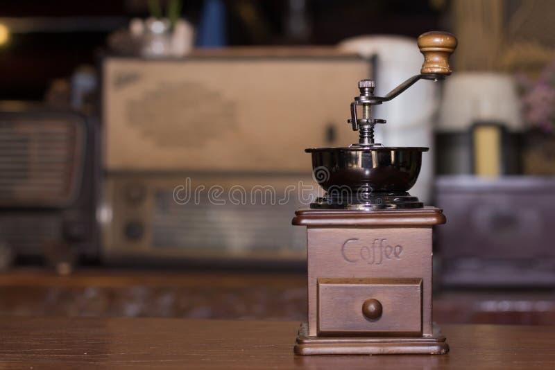La amoladora de café se coloca en la tabla fotos de archivo libres de regalías