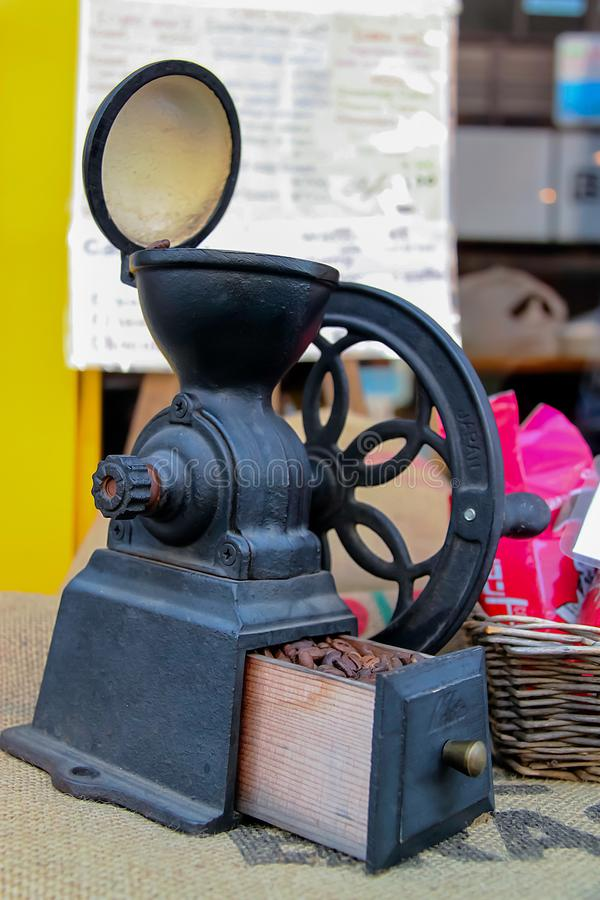 La amoladora de café vieja exhibió en un café imagen de archivo