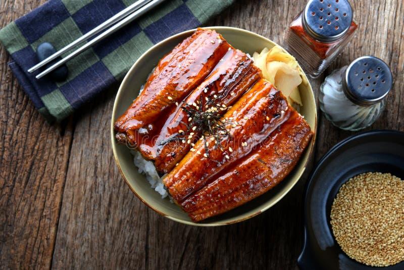 La anguila japonesa asó a la parrilla con arroz o Unagi pone imagen de archivo