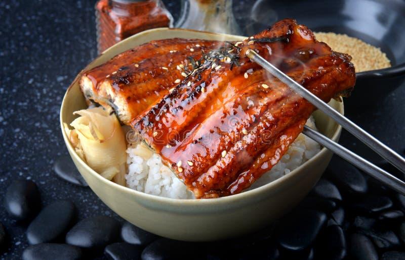 La anguila japonesa asó a la parrilla con arroz o Unagi pone imágenes de archivo libres de regalías