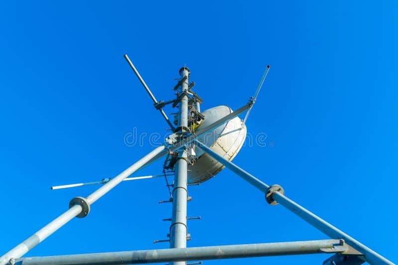 La antena de las comunicaciones y el polo de los repetidores de las telecomunicaciones foto de archivo