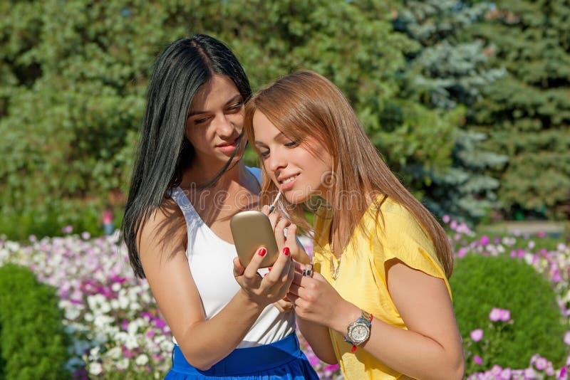 La aplicación de las chicas jóvenes compone fotos de archivo libres de regalías