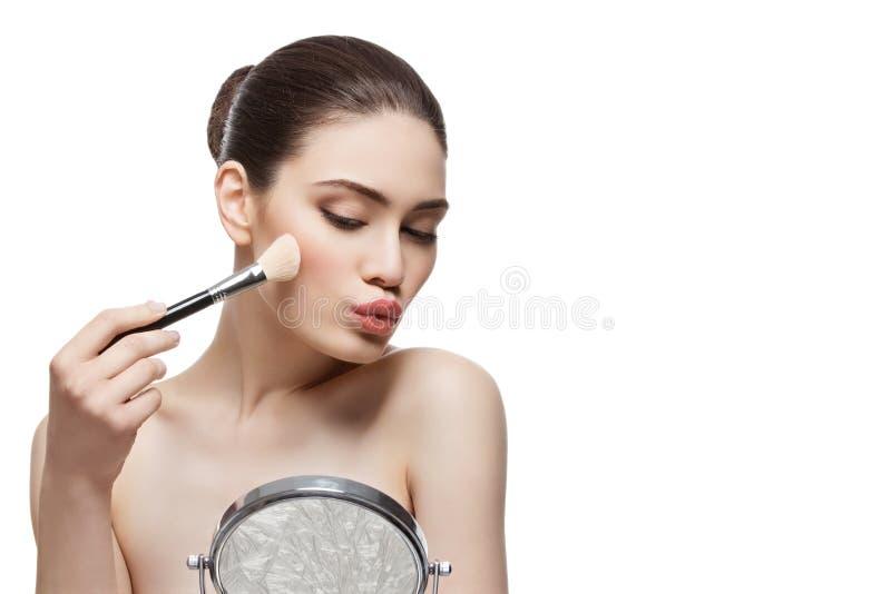 La aplicación hermosa de la muchacha se ruboriza con el cepillo fotografía de archivo