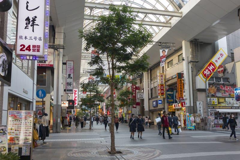 La arcada de Shimotori es la arcada que hace compras más grande de la prefectura de Kumamoto fotos de archivo