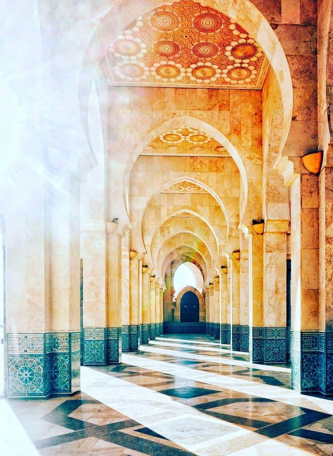 La arcada iluminada por el sol, mezquita de Hassan foto de archivo libre de regalías