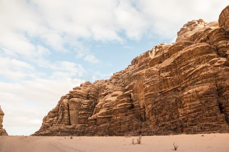 La arena agradable de la visión y las rocas grandes en Wadi Rum abandonan en Jordania imagenes de archivo