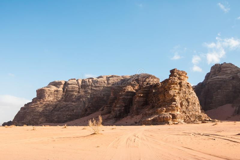 La arena agradable de la visión y las rocas grandes en Wadi Rum abandonan en Jordania imagen de archivo libre de regalías