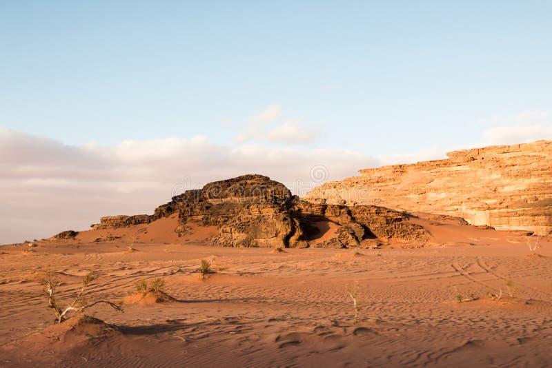 La arena agradable de la visión y las rocas grandes en Wadi Rum abandonan en Jordania imágenes de archivo libres de regalías