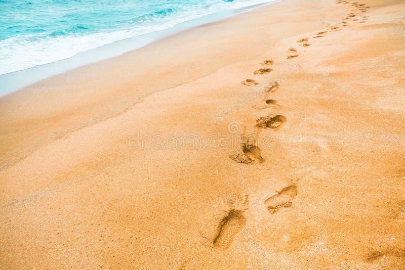 La arena amarilla con huellas en la arena y la turquesa colorean las aguas en el área que nada del mar - isla de Jeju, Corea del  fotos de archivo libres de regalías