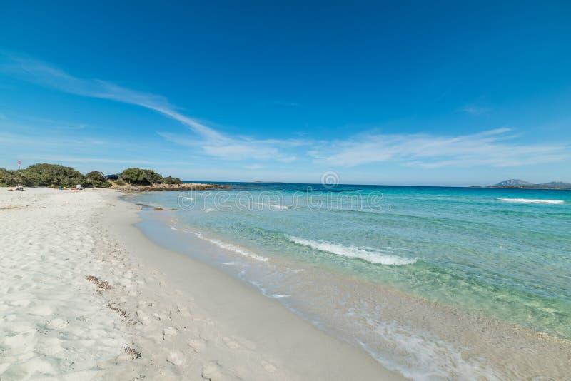 La arena blanca y el agua clara en Rena Bianca varan en Costa Smerald fotos de archivo libres de regalías