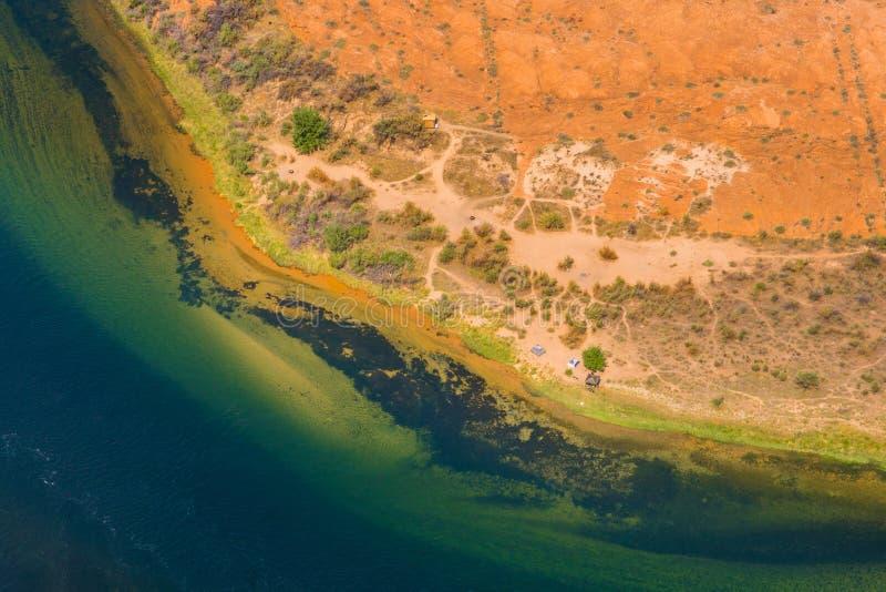 La arena colorida abstracta del río Colorado ejerce la actividad bancaria, textura y fondo naturales foto de archivo