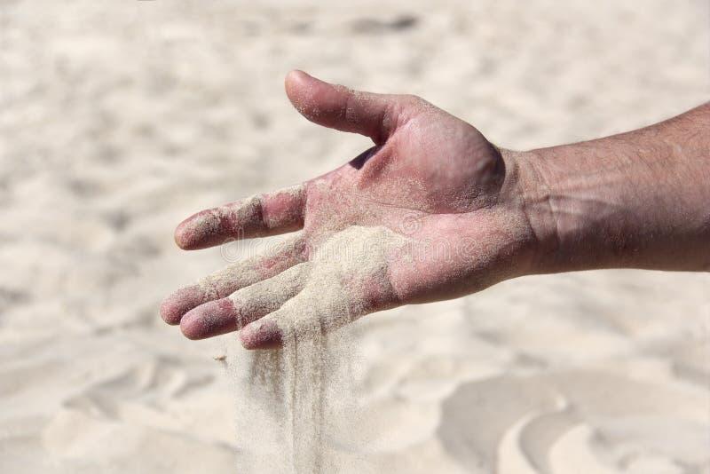 La arena vierte del primer masculino de la palma imagenes de archivo