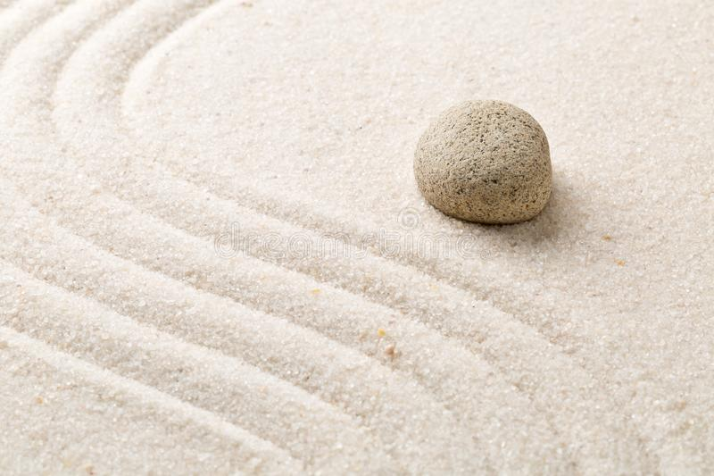 La arena y la piedra del zen cultivan un huerto con las líneas curvadas rastrilladas Simplicidad, c foto de archivo