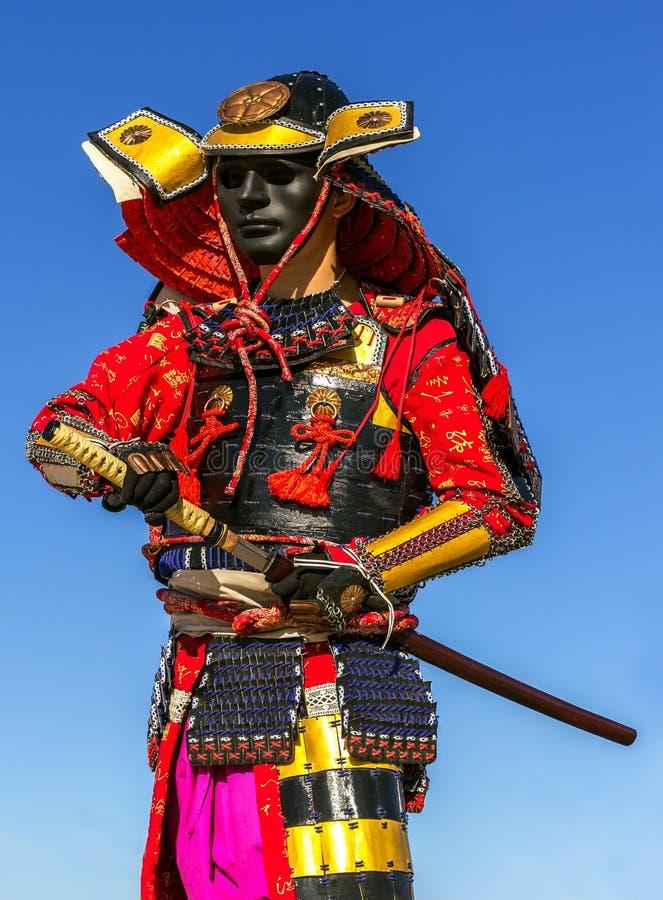 La armadura del guerrero del samurai tira del ataque de la espada, clouse-up imagenes de archivo