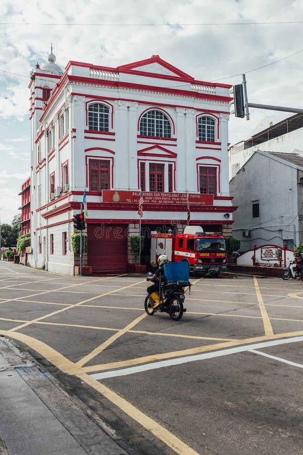 La arquitectura colonial blanca y roja es comisaría de policías del fuego en la calle en George Town Penang, Malasia imagenes de archivo
